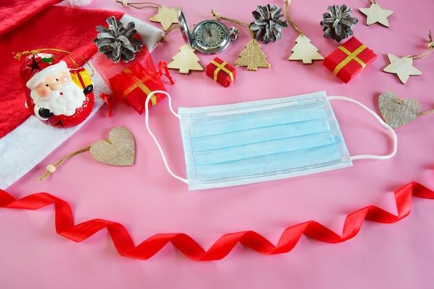 Piękne świąteczne tło z noworocznym wystrojem maski medycznej i prezentami