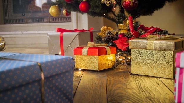Piękne świąteczne tło z prezentami, choinką i kominkiem