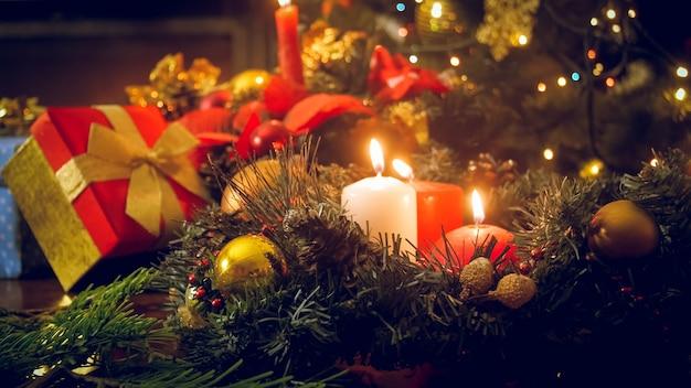 Piękne świąteczne tło z tradycyjnym dekorowanym stołem w salonie