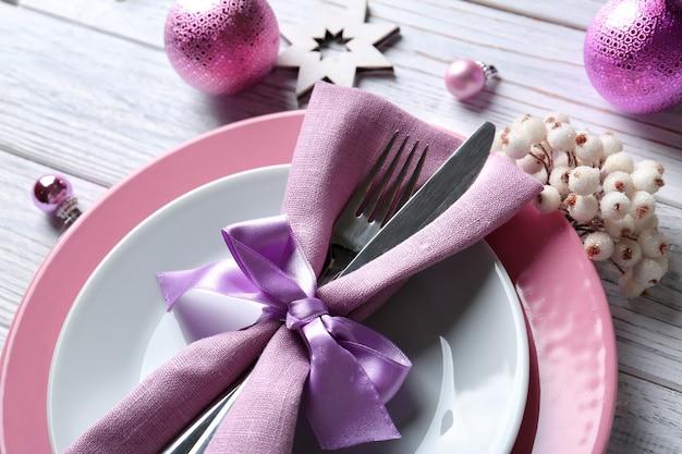 Piękne świąteczne ustawienie stołu na drewnianym tle