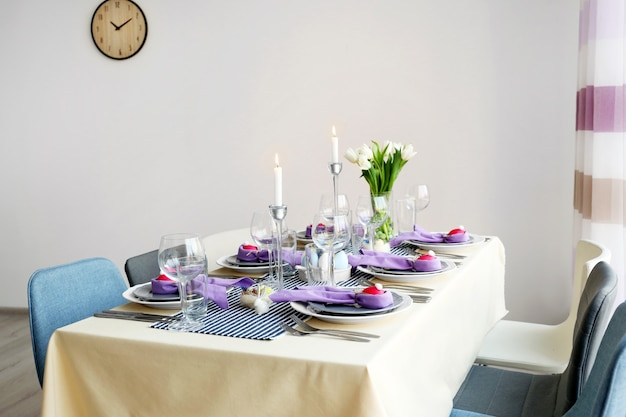 Piękne świąteczne ustawienie stołu wielkanocnego