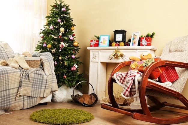 Piękne świąteczne wnętrze z ozdobnym kominkiem i jodłą