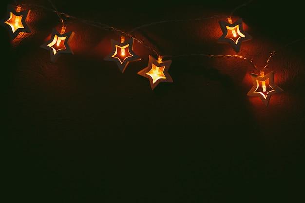 Piękne światło bokeh girlandy w kształcie gwiazdy w ciemności