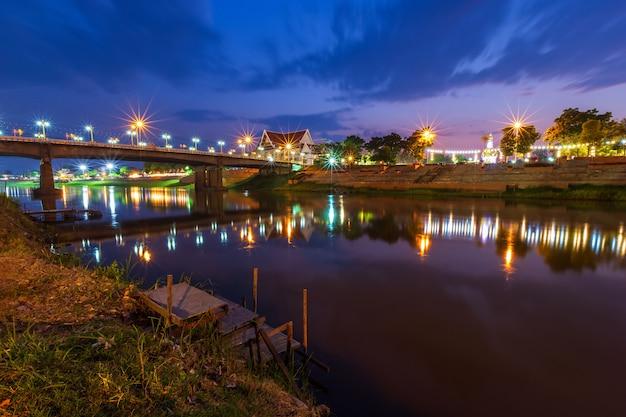 Piękne światło na rzece nan w nocy na moście