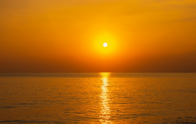Piękne światło słońca nad morzem