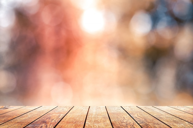 Piękne światło słoneczne w lesie z drewnianą podłogą z desek
