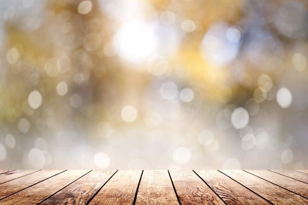 Piękne światło słoneczne w lesie z drewnianą podłogą