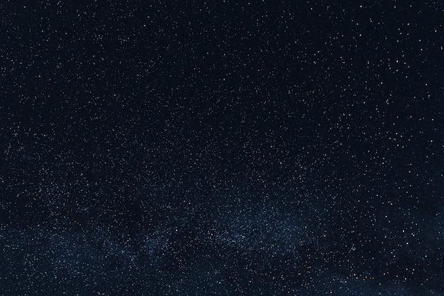 Piękne świecące gwiazdy na nocnym niebie