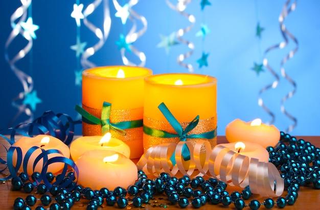 Piękne świece, prezenty i dekoracje na drewnianym stole