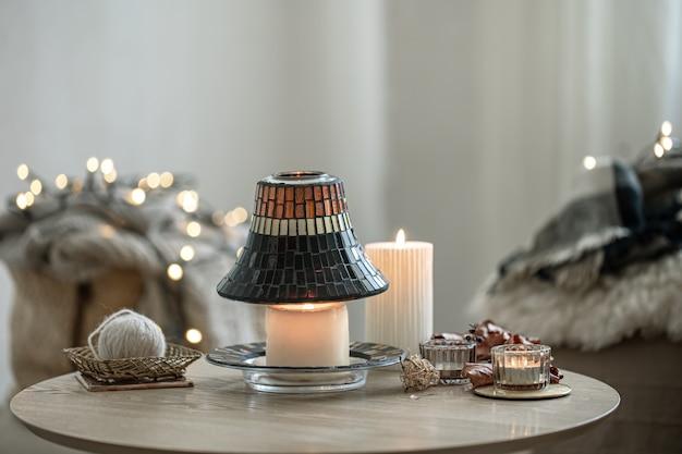Piękne świece w stylu skandynawskim na rozmytym tle wnętrza.