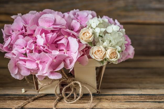 Piękne świeże kwiaty na podłoże drewniane, różne kwiaty, miejsce na tekst, zbliżenie