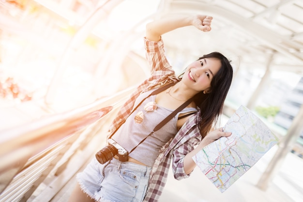 Piękne szczęście młoda dziewczyna azjatyckich w sukience podróżujących samotnie