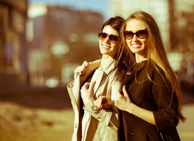 Piękne szczęśliwe dziewczyny w okularach przeciwsłonecznych