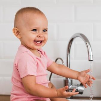 Piękne szczęśliwe i uśmiechnięte dziecko