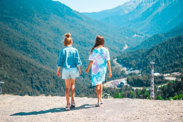 Piękne szczęśliwe małe dziewczynki w górach