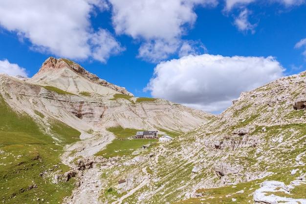 Piękne szczyty włoskich dolomitów i schronisko górskie (rifugio puez)