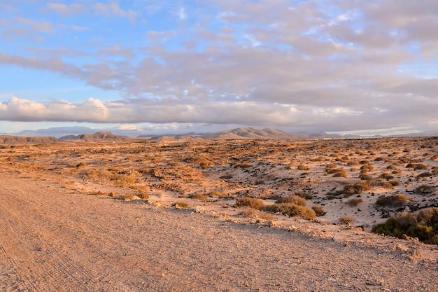 Piękne szerokie ujęcie pustynnej góry na wyspach kanaryjskich w hiszpanii