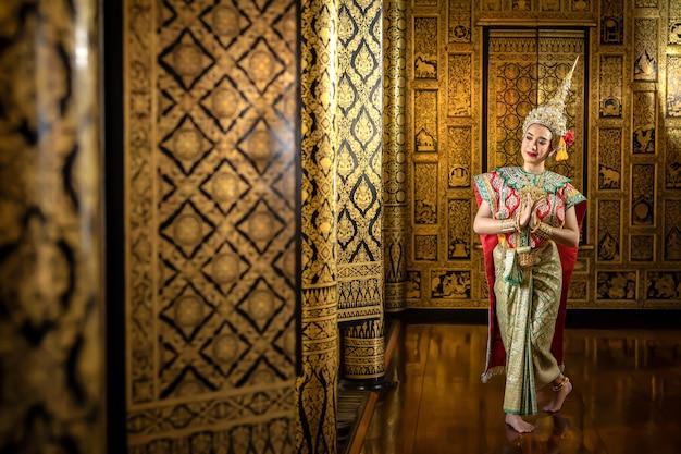 Piękne tajskie kobiety ubierają się w tradycyjne tajskie stroje ludowe. aby przygotować się do sceny dramatu pantomimy