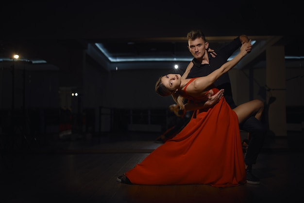 Piękne tańczące namiętne tancerki