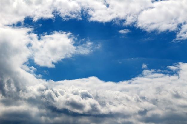 Piękne tło błękitnego nieba z białymi chmurami