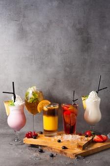 Piękne tło popularnych koktajli bezalkoholowych. skopiuj miejsce