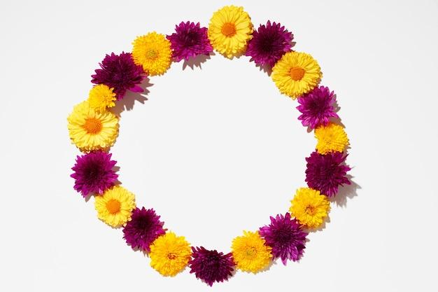 Piękne tło wykonane z jasnych pąków kwiatowych leżących płasko