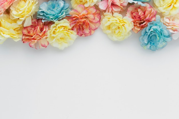 Piękne tło wykonane z kwiatów z copyspace