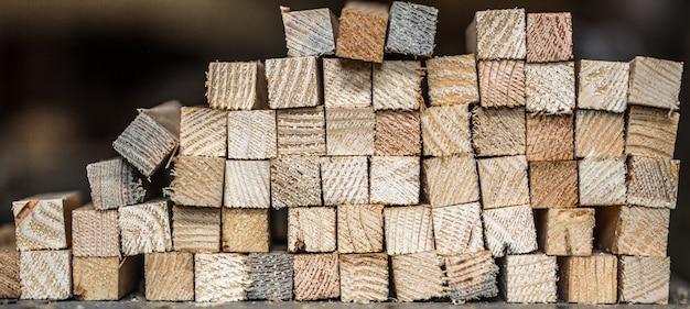 Piękne tło z poskładanymi paskami drewna, zbliżenie