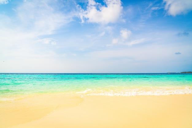Piękne tropikalnej plaży morze i błękitne niebo w tle