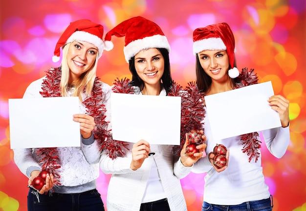 Piękne trzy kobiety na białym tle