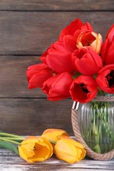 Piękne tulipany na drewnianych