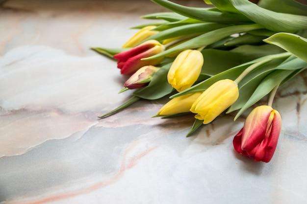 Piękne tulipany na dzień matki na marmurowym tle, widok z boku. międzynarodowy dzień kobiet.