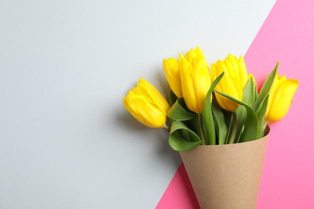 Piękne tulipany na dzień matki na świetle, widok z góry