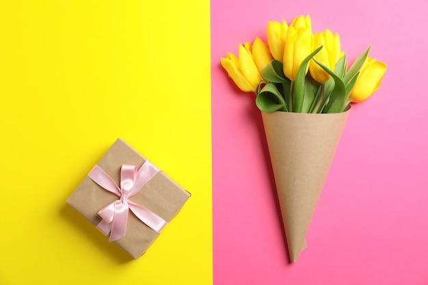 Piękne tulipany z prezentem na dzień matki na świetle, widok z góry