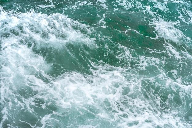 Piękne turkusowe fale oceanu ze skałami