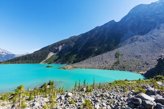 Piękne turkusowe wody jeziora joffre w kanadzie