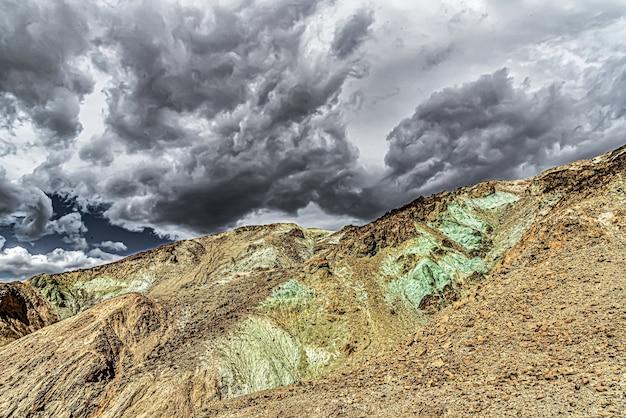 Piękne ujęcie artist palette w death valley national park w kalifornii, usa