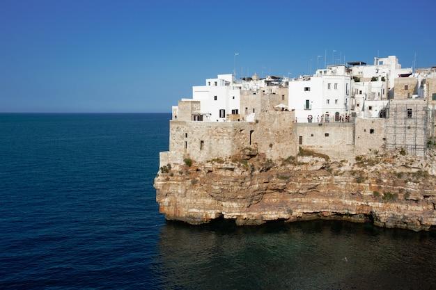Piękne ujęcie białych budynków tuż nad brzegiem morza