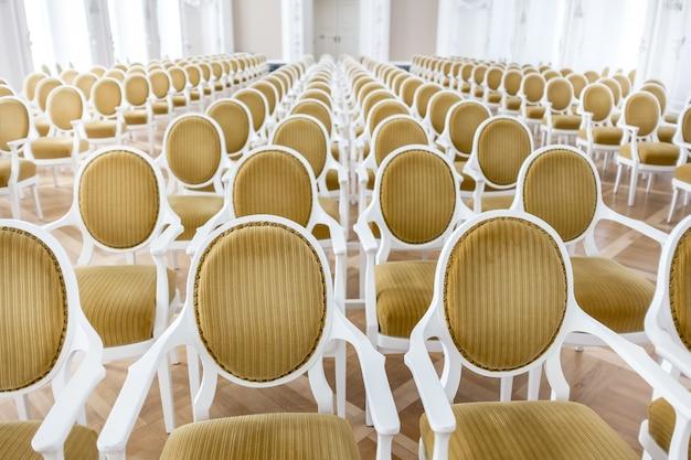 Piękne ujęcie białych krzeseł w sali konferencyjnej