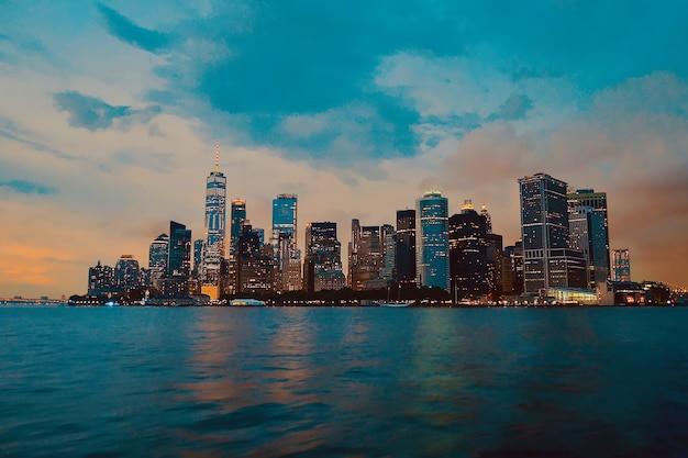 Piękne ujęcie budynków miasta z zachmurzonym niebem w tle