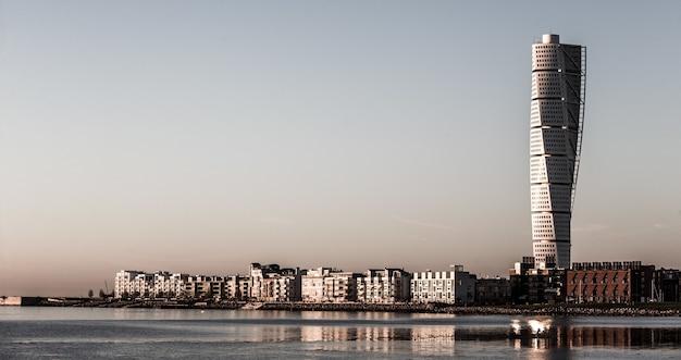 Piękne ujęcie budynków miejskich z wieżowcem w oddali
