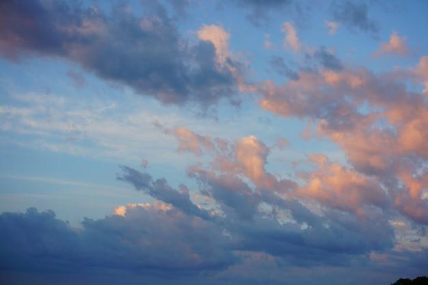 Piękne ujęcie chmur na niebieskim niebie