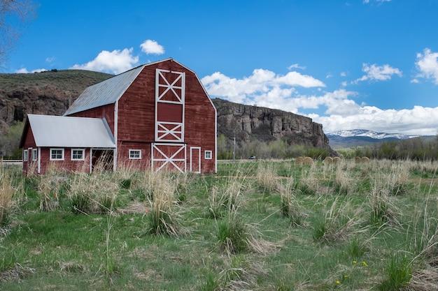 Piękne ujęcie czerwonej drewnianej stodole w polu
