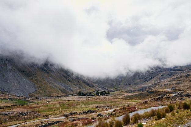 Piękne ujęcie częściowo pokrytej pochmurną górą