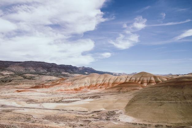 Piękne ujęcie dużej pustyni z teksturą i stosami piasku