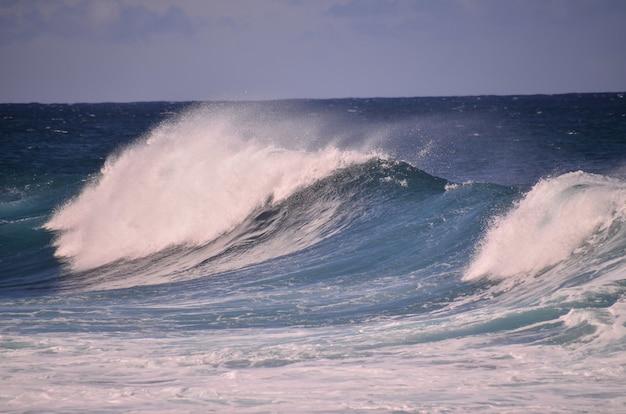 Piękne ujęcie dużych fal na oceanie wysp kanaryjskich w hiszpanii