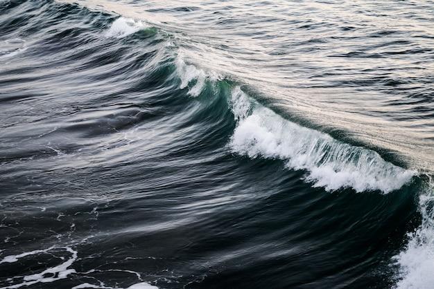 Piękne ujęcie fali na oceanie