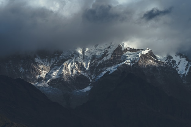 Piękne ujęcie góry himalaje w chmurach