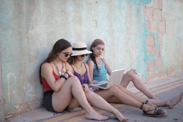 Piękne ujęcie grupy przyjaciółek w krótkich spodenkach i bez rękawów