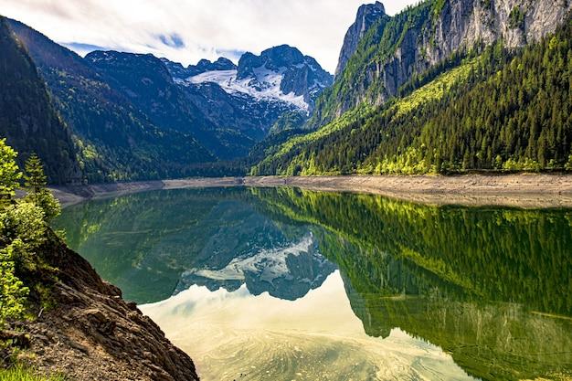 Piękne ujęcie jeziora gosausee otoczonego austriackimi alpami